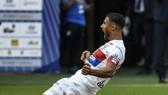 Nabil Fekir ăn mừng bàn mở tỷ số cho Olympique Lyon.