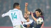 Edinson Cavani (phải, PSG) đơn độc giữa vỏng vây Real Madrid