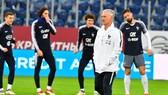 HLV Didier Deschamps và các tuyển thủ Pháp