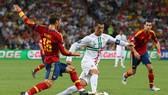 Ronaldo (Bồ Đao Nha) đi bóng qua Sergio Ramos (Tây Ban Nha)