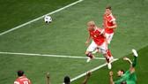 Yury Gazinsky đánh đầu ghi bàn thắng đầu tiên của World Cup 2018