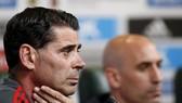 HLV tuyển Tây Ban Nha Fernando Hierro trong buổi họp báo  cùng Chủ tịch Luis Manuel Rubiales