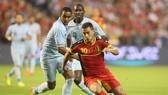 Eden Hazard (Bỉ) đi bóng qua Dimitri Payet (Pháp) trong trận giao hữu.