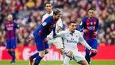Mateo Kovacic chỉ vào sân khi Real cần phạm lỗi với Messi (Barcelona).