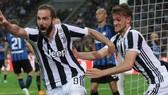 Gonzalo Higuain và Daniele Rugani (Juventus)