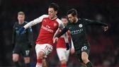 Mesut Oezil đi bóng trước Bernardo Silva (Man.City)