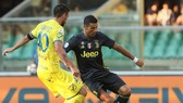Ronaldo biểu diễn kỹ thuật cá nhân trước Nenad Tomovic (Chievo)