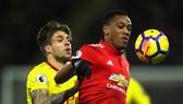 Anthony Martial (phải, Manchester United) kiểm soát bóng trước Kiko Femenia (Watford)