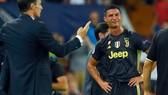 Ronaldo khóc vì uất ức chiếc thẻ đỏ của trọng tài Byrch