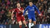 Eden Hazard (phải, Chelsea) đi bóng trước Jordan Henderson (Liverpool)