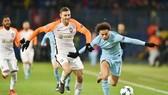 Leroy Sane (phải, Man City) đi bóng qua hậu vệ Shakhtar.