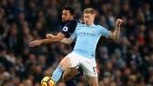 Kevin De Bruyne (phải, Manchester City) tranh bóng với Mousa Dembele (Tottenham)