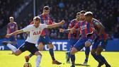 Harry Kane (trái, Tottenham) sẽ xuyên thủng hàng thủ Crystal Palace.