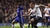 Toby Alderweireld (phải, Tottenham) bám sát Eden Hazard (Chelsea)