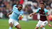 Raheem Sterling (trái, Manchester City) đi bóng qua Aaron Cresswell (West Ham)