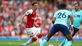 Mesut Oezil đi bóng trước hàng thủ Bournemouth.