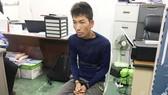 Nghi phạm Nguyễn Anh Hoàn bị bắt giữ tại cơ quan điều tra. Ảnh: TTXVN