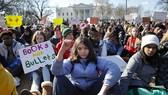 Học sinh, sinh viên Mỹ biểu tình trước Nhà Trắng phản đối bạo lực súng đạn. Ảnh: 680 News