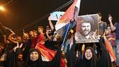 Người dân Iraq ủng hộ liên minh của giáo sĩ Hồi giáo dòng Shiite Moqtada al-Sadr sáng sớm ngày 14-5. Ảnh: AP