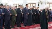 Tổng thống Assad tham dự lễ cầu nguyện Eid al-Fitr tại thánh đường Sayyida Khadija. Ảnh: Almasdarnews