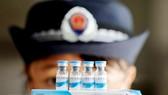 Cảnh sát kiểm tra vắc xin tại một cơ sở ở Trung Quốc. Ảnh: EPA