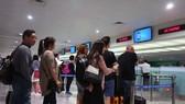 Khách nước ngoài làm thủ tục vào VN tại sân bay Tân Sơn Nhất