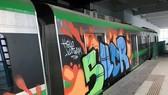 Toa tàu của đường sắt đô thị Cát Linh-Hà Đông bị kẻ xấu vẽ tranh Graffiti đè lên màu sơn chủ đạo của mẫu tàu được thiết kế. (Ảnh: Otofun.net)