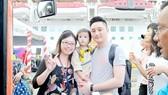 Một gia đình du khách đi tàu biển đến tham quan TPHCM. Ảnh: CAO THĂNG