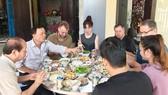 Khách ăn tết cùng gia đình homestay An Bàng Làng Tôi