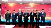 Thủ tướng Nguyễn Xuân Phúc thăm, gặp mặt cán bộ, nhân viên Vietinbank. Ảnh: VGP/Quang Hiếu