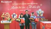 Ông Nguyễn Minh Tâm – Phó Tổng giám đốc Sacombank (giữa) trao giải bốc thăm may mắn cho các đại diện khách hàng tham dự buổi quay số.