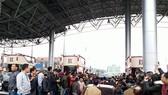 Nhiều tài xế dán băng rôn phản đối trạm BOT Biên Cương