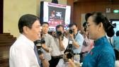 Chủ tịch HĐND TPHCM Nguyễn Thị Quyết Tâm trao đổi cùng Chủ tịch UBND TPHCM Nguyễn Thành Phong trước giờ khai mạc kỳ họp.