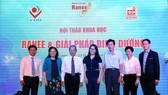 Lãnh đạo Tập đoàn Sao Mai và lãnh đạo Bệnh viện sản nhi An Giang cùng các diễn giả tại hội thảo.
