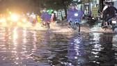 Sau 18 giờ ngày 7-5, đường số 10 Bình Hưng, quận 8, TPHCM vẫn còn ngập. Ảnh: Cao Thăng