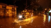 Nước ngập sâu tại đường Bạch Thái Bưởi, Khu đô thị Văn Quán, Quận Hà Đông, tối 12/5. (Ảnh: Phạm Kiên/TTXVN)