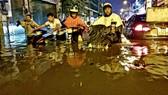 Cảnh tượng này vẫn diễn ra trong cơn mưa tối 19-5 dù TP HCM đã chi hàng vạn tỉ đồng để chống ngập trong suốt chục năm qua Ảnh: SỸ ĐÔNG