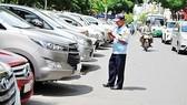 Ô tô đang đậu tạm dưới lòng đường Lê Lai (quận 1) . Ảnh: KIỀU PHONG