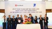 Đại diện Tập đoàn VNPT và Ngân hàng SeABank trao bản thỏa thuận hợp tác.