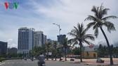 Khách sạn dọc biển mọc lên san sát.