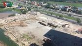 """Việc TP Hà Nội """"gật đầu"""" cho xây dựng bến xe Yên Sở nằm gần đường vành đai 3 đã làm """"nóng"""" dư luận và có nhiều ý kiến trái chiều xung quanh dự án này. Ảnh: Ví trí bãi đất chuẩn bị xây bến xe giáp đường vành đai 3."""