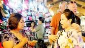 Du khách tham quan, mua sắm tại chợ Bến Thành