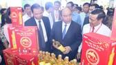 Thủ tướng Nguyễn Xuân Phúc  tham quan gian hàng  dầu ăn cao cấp Ranee (sản phẩm của Tập đoàn  Sao Mai)