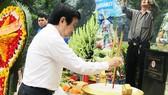 Nguyên Chủ tịch nước Trương Tấn Sang dâng hương tại Nghĩa trang Liệt sĩ ngành Thông tin và Giao bưu R.
