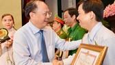 Đồng chí Tất Thành Cang, Ủy viên Trung ương Đảng, Phó Bí thư Thường trực Thành ủy TPHCM tuyên dương những điển hình Dân vận khéo. Ảnh: VIỆT DŨNG