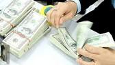 Biến tờ 1 USD thành 100 USD để lừa đổi tiền ngân hàng