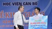 Bí thư Thành ủy TPHCM Nguyễn Thiện Nhân trao học bổng cho thủ khoa của Học viện Cán bộ TPHCM. Ảnh VIỆT DŨNG