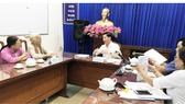 Phó Chủ tịch UBND TPHCM Trần Vĩnh Tuyến (giữa) chủ trì buổi tiếp, giải quyết khiếu nại của công dân vào chiều 19-12-2017. Ảnh: KIỀU PHONG
