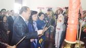 Đồng chí Tất Thành Cang, Ủy viên Trung ương Đảng, Phó Bí thư Thường trực Thành ủy TPHCM, cùng các đại biểu dâng hương tại Bảo tàng Hồ Chí Minh - Chi nhánh TPHCM. Ảnh: QUANG HUY