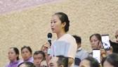 Cử tri quận 2 kiến nghị trong buổi tiếp xúc cử tri của Bí thư Thành ủy TPHCM Nguyễn Thiện Nhân ngày 20-6. Ảnh: VIỆT DŨNG